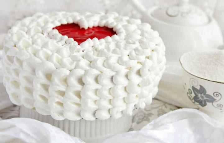oformlenie-torta-belkovym-kremom