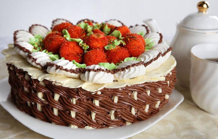 tort-korzinka-klubnichnyj