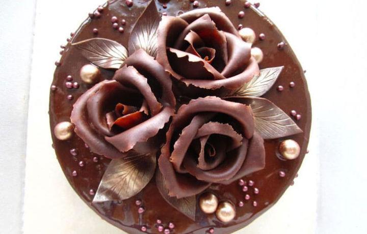 krasivoe-oformlenie-torta-shokoladom