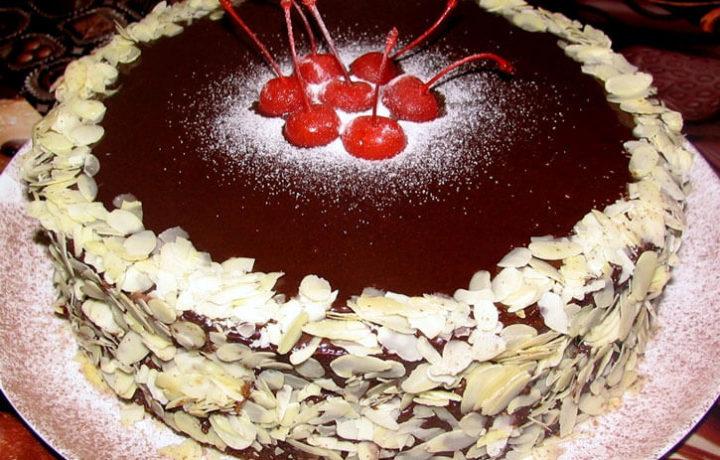 krasivoe-oformlenie-torta-vishnej