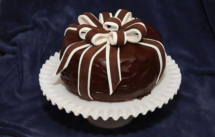 podarochnoe-ukrashenie-torta-shokoladom
