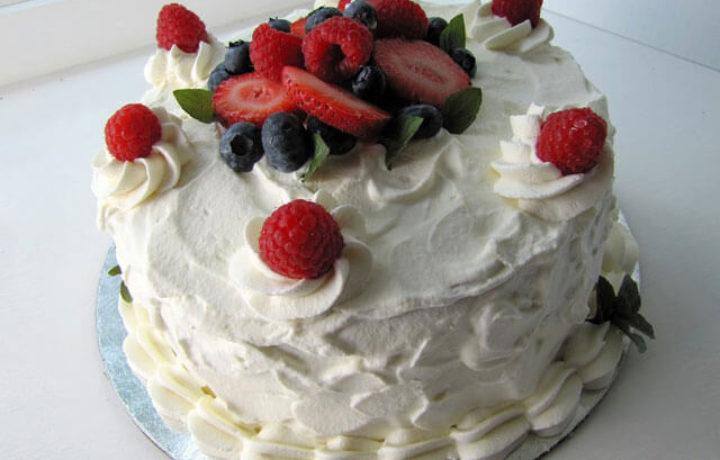 tort-belkovym-kremom
