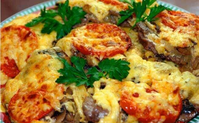 Мясо по французски с помидорами и грибами